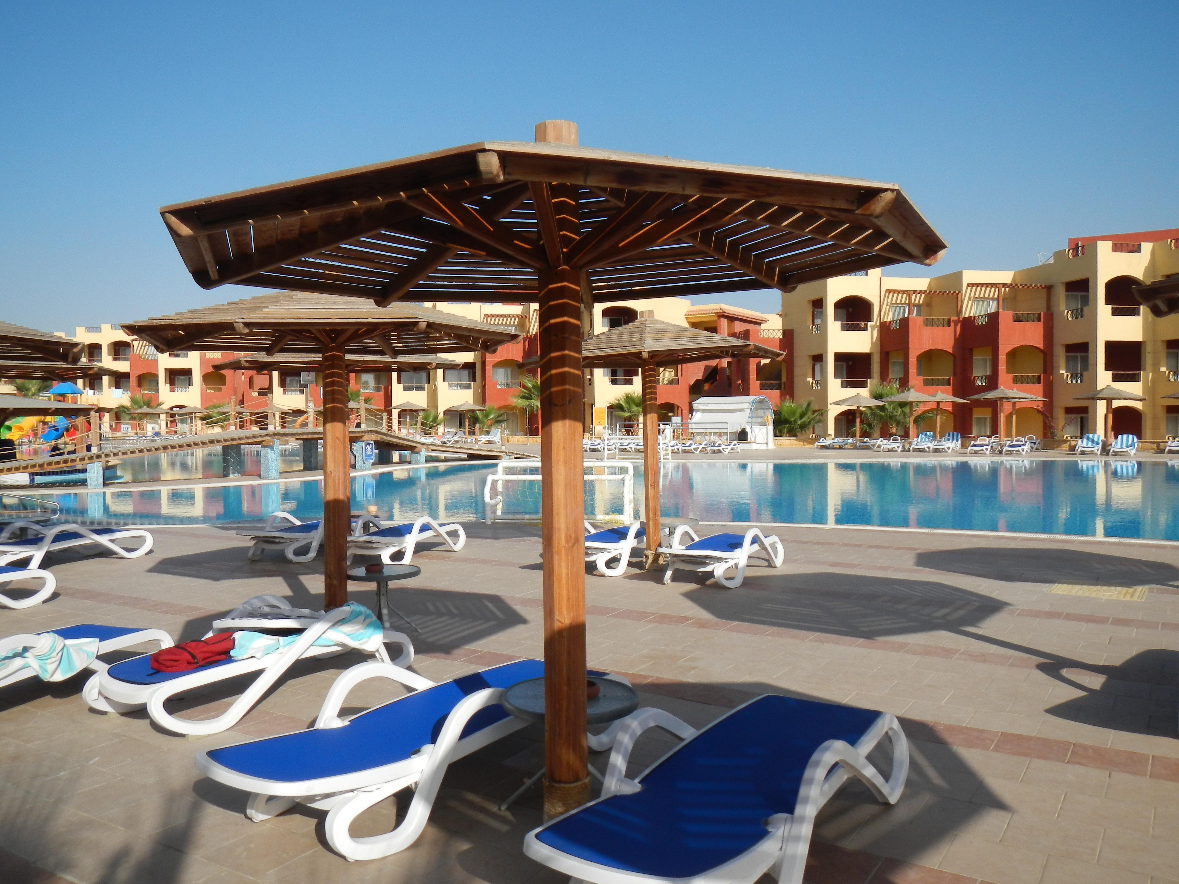 Der Pool des Royal Tulip Beach Resorts