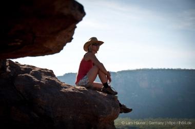 Yvi auf einem Felsen im Kakadu mit Blick auf den Nourlangie Rock